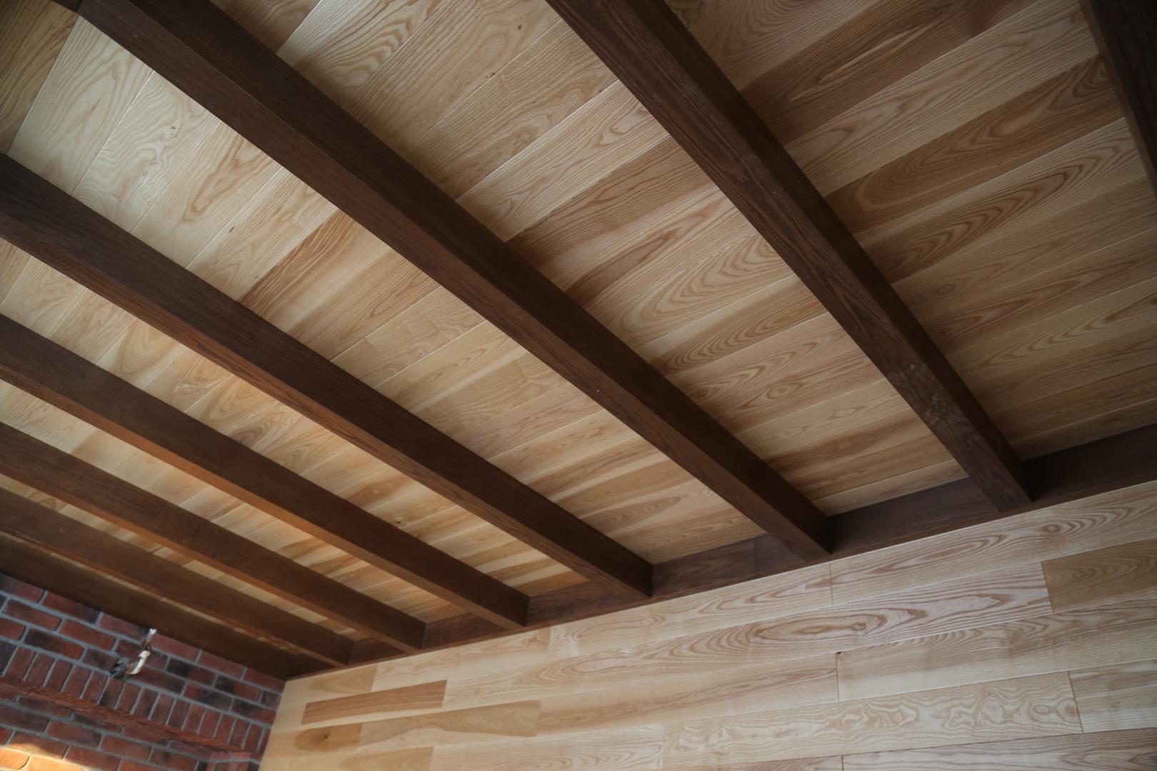 Декоративная балка на потолок своими руками из дерева 47