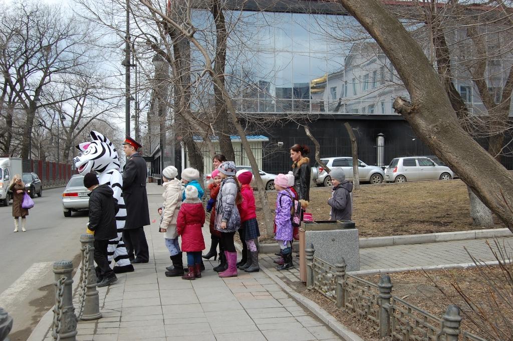 Дядя Степа-милиционер провел урок для юных пешеходов Владивостока.