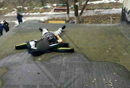 ВоВладивостоке умер юноша, упавший сбалкона на10-м этаже